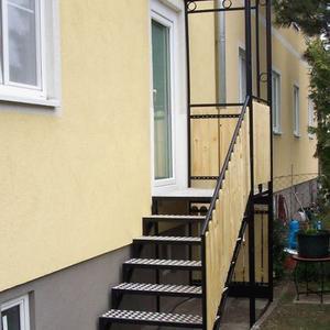 2. Eingangsstiege mit Überdachung